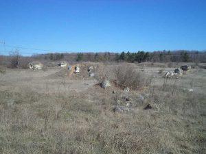 Обширна поляна с интересни скали пред поделението на Побити камъни