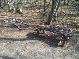 """Екопътека парк """"Златни пясъци"""" - дървена пейка за почивка в гората под Аладжа манастир"""
