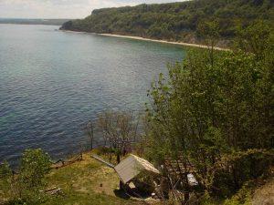 Красив изглед към плаж Папаз кулак от гората