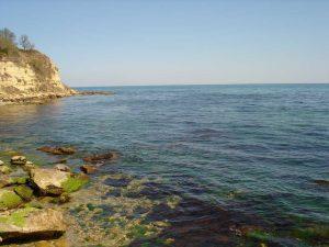 Изглед към морето от брега на плаж Папаз кулак