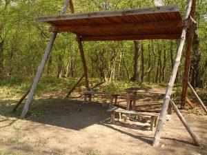 """Екопътека парк """"Златни пясъци"""" - изградено място за пикник с навес, дървени пейки и масички"""