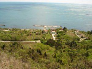 """Екопътека парк """"Златни пясъци"""" - изглед към морето и буните в местност Старите лозя край Кранево"""