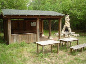"""Екопътека парк """"Златни пясъци"""" - уредено място за пикник със заслон и масивно барбекю край Кранево"""