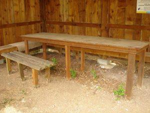"""Екопътека парк """"Златни пясъци"""" - уредено място за пикник със заслон и масивно барбекю край Кранево - поглед отвътре"""