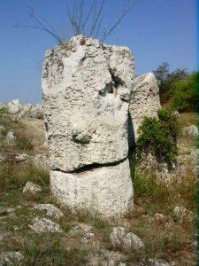 Побити камъни - камък, който прилича на глава