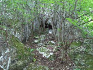 Мадарско плато - скален тунел сред скалите