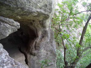 Мадарско плато - пред входа на Дядо Куртевата пещера