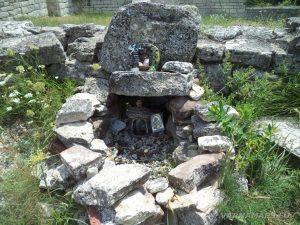 Мадарски конник - възпоменателен олтар до Мадарската крепост