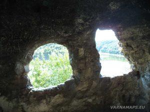 Сухата река - панорамните отвори на Оногурския скален манастир