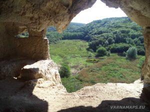 """Сухата река - поглед от скалния отвор на скален манастир """"Сандъкли маара"""""""