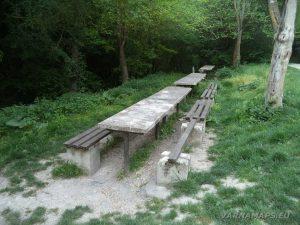 """Крепост """"Овеч"""" - място за пикник с удобни пейки"""