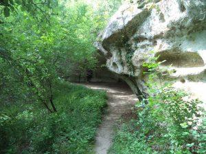 """Скален манастир """"Кара пещера"""" - поглед отстрани"""