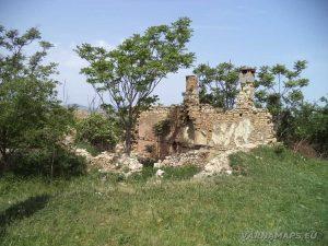 Останки от стари къщи в с. Петров дол
