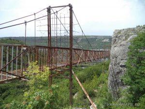 """Железния мост, по който се достига до скален манастир """"Шашкъните"""""""