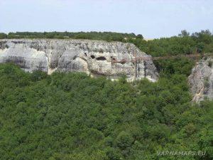 """Скален манастир """"Шашкъните"""" - далечен поглед от платото"""