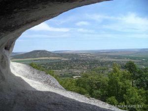 Изглед към с. Невша от скална ниша край Голямото було