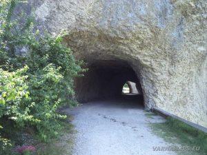 Скален феномен Чудните скали - тунелите под скалите