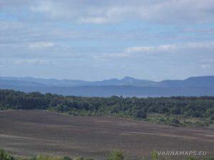 По маршрута за местност Тъпаните - връх Коджа Кая в далечината