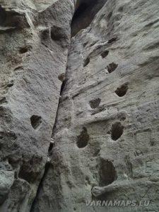Издълбани скални стъпала към Рояшките скални манастири