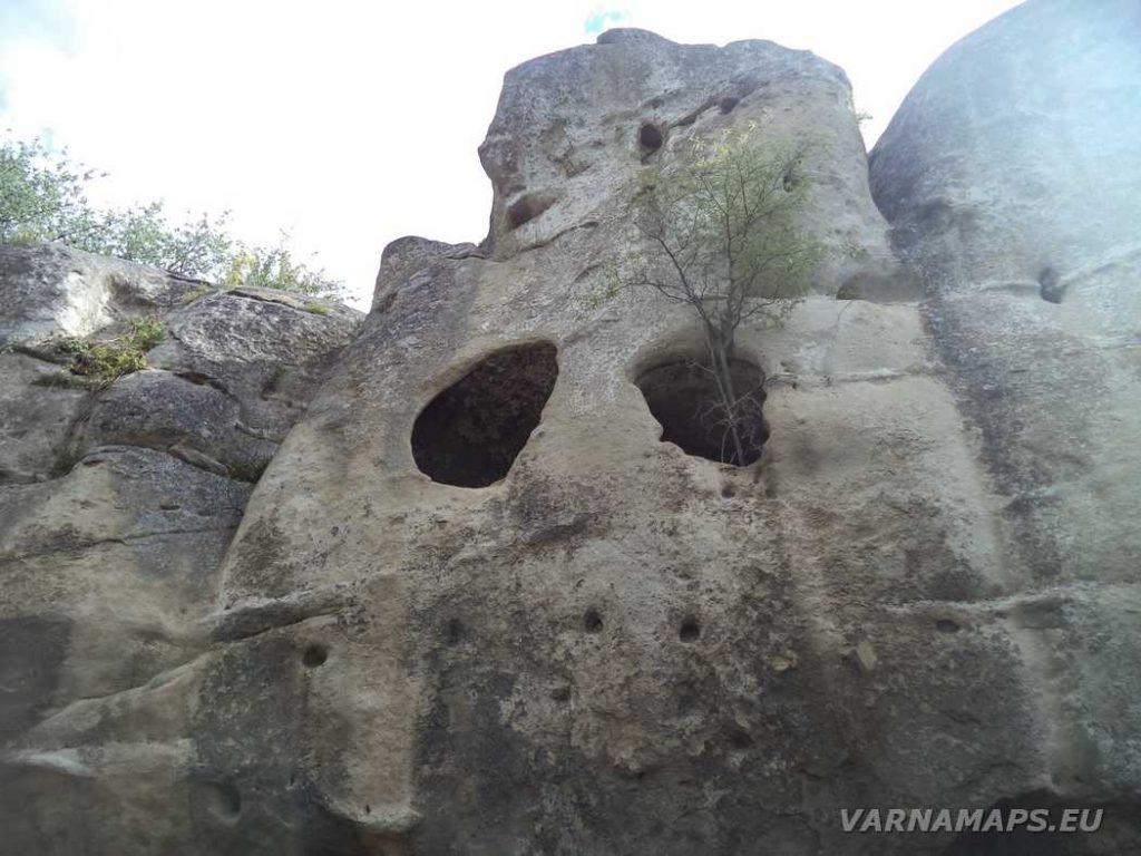 Рояшки скални манастири