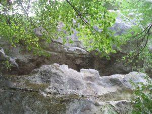 """Скален манастир """"Тъпаните"""" - поглед отдолу"""