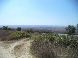 """Красиво езеро покрай скален манастир """"Монасите"""""""
