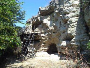 """Скален манастир """"Монасите"""" - поглед отвън"""
