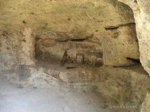 """Скален манастир """"Монасите"""" - скални ниши с икони"""