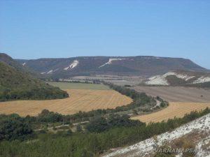 """Изглед към равнината от платото над """"Пробитият камък"""""""