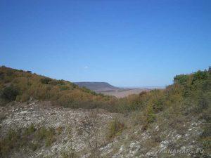 """Изглед от платото срещу """"Пробитият камък"""""""