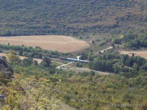"""Изглед от платото срещу """"Пробитият камък"""" към гара Равна"""