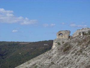 """Изглед към """"Пробитият камък"""" от платото срещу него"""
