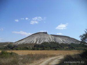 """""""Пробитият камък"""" - изглед от долината"""