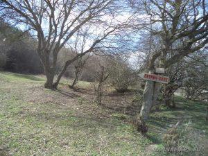 """Крепост """"Петрич кале"""" - указателна табела в началото на маршрута"""