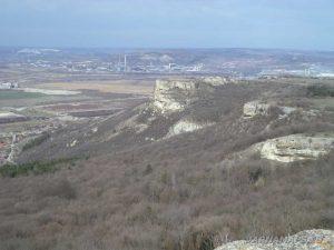 """Поглед към """"Петрич кале"""" от скалите над скален манастир """"Петрича"""""""