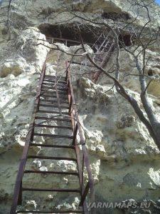 """Скален манастир """"Петрича"""" - металната стълба за достъп до него"""