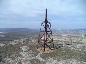 """Металната кула на скалите, указваща мястото на скален манастир """"Петрича"""""""