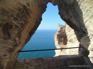 """Изглед през отвора на скалната тераса при """"Арката на 40-те девойки"""" на нос Калиакра"""