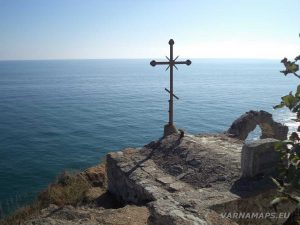 """Железния кръст на параклис """"Св. Николай"""" при нос Калиакра на фона на морето"""