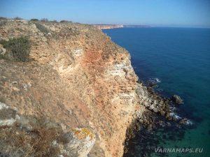 Гледка към красивите червеникави скали по маршрута нос Калиакра - залив Болата