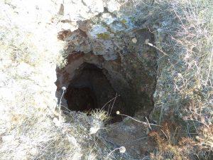 Скален отвор на повърхността към пещерата по маршрута нос Калиакра - залив Болата