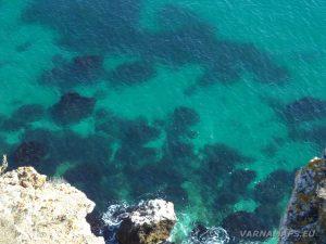 Морския прибой под скалите край залив Болата