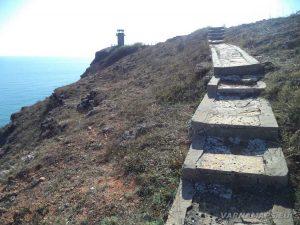 Стълбите, по които се слиза от скалите до плажа на залив Болата