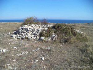"""Камен бряг - каменната купчина, ограждаща култовата забележителност """"Огънчето"""""""