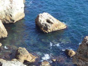 Камен бряг - красиви скали в морето
