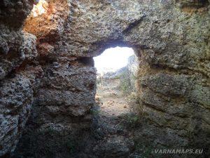 """Резерват """"Яйлата"""" - интересната овална форма на входа на скалното жилище край резервата"""
