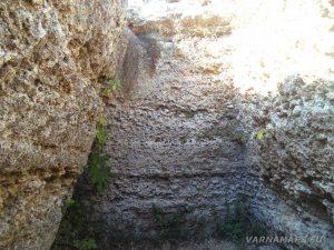 """Резерват """"Яйлата"""" - специфичната трапецовидна форма на скалното жилище при входа на резервата"""
