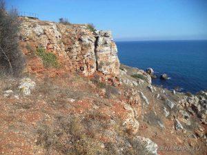 """Резерват """"Яйлата"""" - красивите червени скали при входа на резервата"""