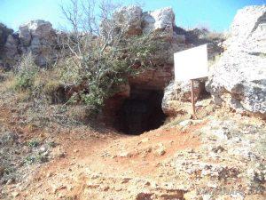 """Резерват """"Яйлата"""" - пред входа на скалното жилище"""