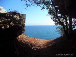 """Резерват """"Яйлата"""" - красив изглед от входа на скалното жилище"""